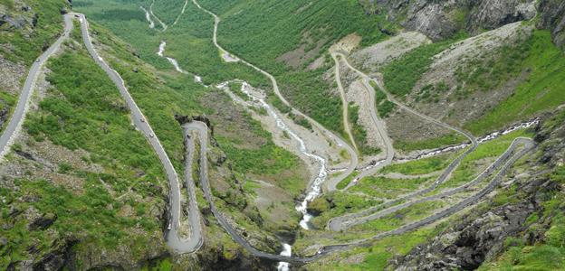 Trollstigen i Norge –för kurvig för svensk turistbuss. Foto: Blue Elf/Wikimedia Commons.
