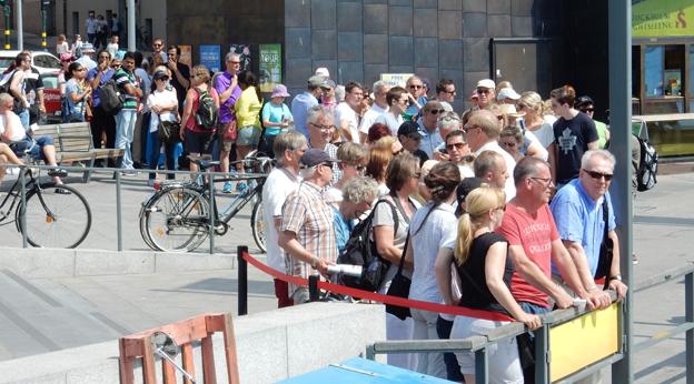 Turismen till Stockholm ökar kraftigt. Här köar Stockholmsbesökare vid en av Strömmas sightseeingbåtar. Foto: Ulo MAasing.