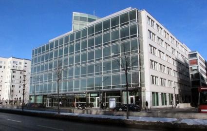 SL-högkvarteret på Kungsholmen i Stockholm. Här räknar man med att nerskärningarna kommer att leda till ökad bilism. De 650 anställda tjänstemännen i högkvarteret köper varje år in konsulthjälp för 1,2 miljarder – fyra gånger så mycket som SL nu planerar att skära i kollektivtrafiken. Foto: Ulo Maasing.