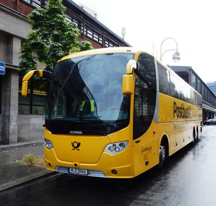 Bilistorganisationen ADAC och den tyska posten slog sig samman och bildade ADAC Postbus. Sedan dess har ADAC dragit sig ur. Postbus började sin verksamhet med att köpa 60 Scania OmniExpress. Foto: Ulo Maasing.