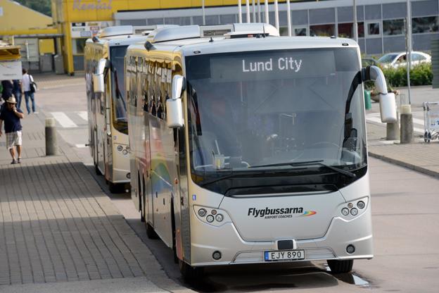 Flygbussar vid Malmö Sturup Airport. Skttesubventionerad konkurrens i Arlandatrafiken och ändrade avskrivningsprinciper för bussarna har pressat resultatet för Merresor AB där flygbussarna ingår. Foto: Ulo Maasing.
