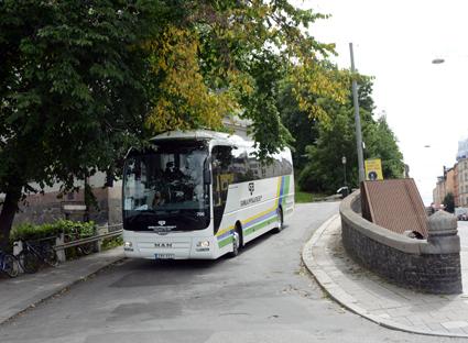 Sightseeing och kryssningstransfers en uppgift för UIppsala läns landsting. Gamla Uppsalabuss har hittat ett extraknäck. Här är en turistbuss från företaget på väg med kryssningsturister som har njutit av utsikten från Fjällgatan i Stockholm. Foto: Ulo Maasing.