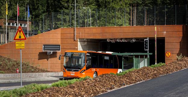 En av bussarna på den nya stomlinje 560 på väg ut ur den unika busstunneln i den finska huvudstaden. Foto: HSL/HRT.