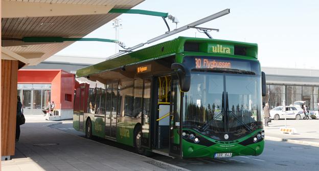 En av Hybricons bussar i flygbusstrafik i Umeå. Ett nytt patent kan korts hållplatsuppehållet vid laddstationen. Foto: Ulo Maasing.