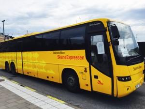 SkåneExpressen i full fart på Strömbron i Stockholm.