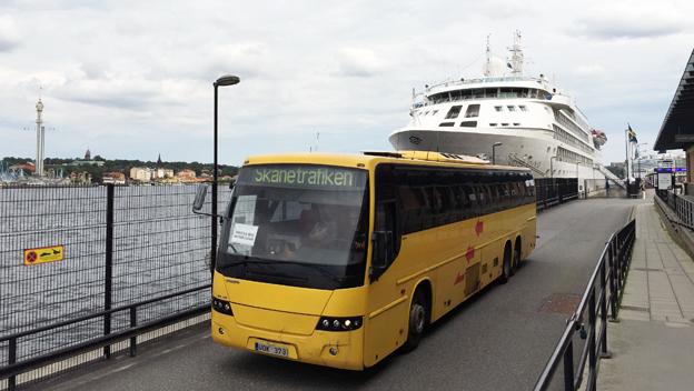 """En annan transferbuss i Skånetrafikens färger har just hämtat resenärer på lyxkryss i """"påkostad miljö"""" med Silverseas fartyg Silver Cloud. Foto: Ulo Maasing."""