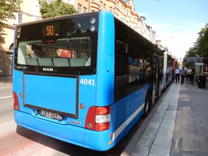 Stombuss, men ändå inte. Linje 50 är en av de nya busslinjerna i Stockholms innerstad. Keolis ville att linjen skulle bli stomlinje 5, SL sa nej. Så linjen fick nummer 50 istället, körs med stomlinjebussar och med mycket hög turtäthet från måndag när vintertidtabellen börjar gälla. Foto: Ulo Maasing.