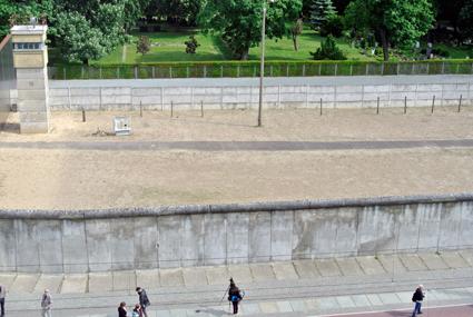 Berlinmuren intresserar många besökare. Vid murmuseet vid Bernauer Strasse har en he sektion av gränsen mellan öst och väst bevarats. Foto: Ulo Maasing.