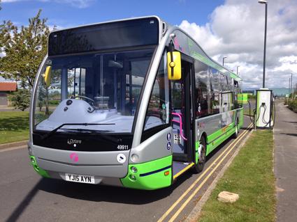 """En av First Groups Optare elbussar """"tankas"""" vid en ändhållplats i staden York. Foto: Optare."""