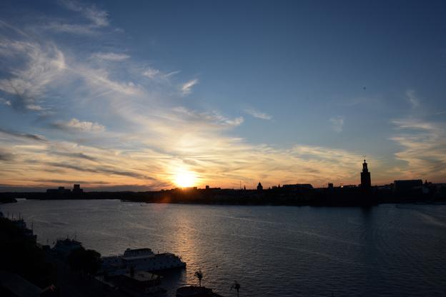 Turismen till Stockholm fortsätter att öka. En solnergång över Riddarfjärden och Kungsholmen kan vara spektakulär. Foto: Ulo Maasing.