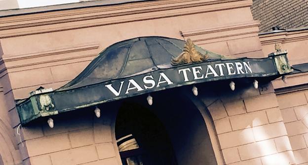 Tusentals teaterbussar har stannat utanför Vasateaterns nu tillbommade entré. Men nästa år öppnas teatern igen. Foto: Ulo Maasing.
