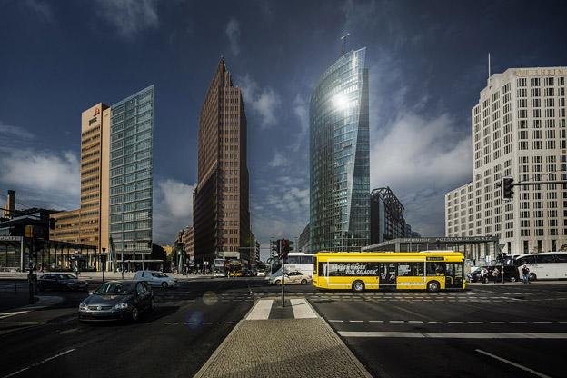 Berlin är första huvudstad med induktivt laddade elbussar i reguljär linjetrafik. Foto: Bombardier.