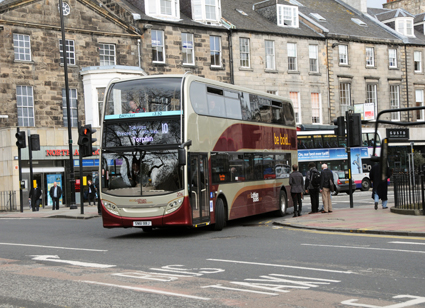 Investeringar i busskörfält och annan infrastruktur för busstrafik kan ge sju gånger pengarna tillbaka. Här en av Lothian Buses hybridbussar i Edinburgh. Foto: Ulo Maasing.