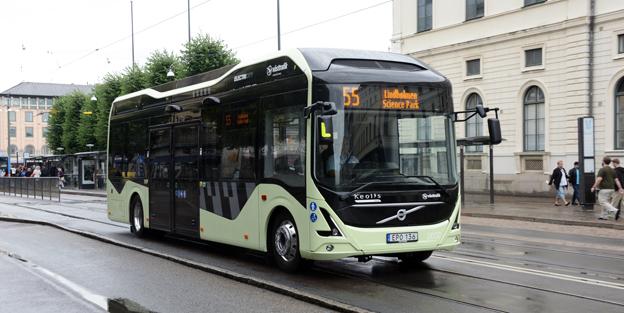 En elbuss på linje 55 i Göteborg. Regeringen satsar de närmaste åren 150 miljoner kronor på att öka investeringarna i elbussar. Foto: Ulo Maasing.
