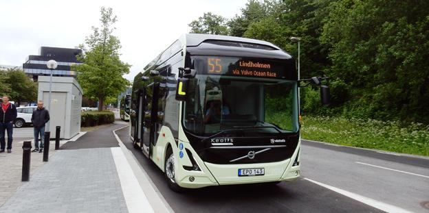 Både i Danmark och Sverige straffbeskattas elbussar. Nu kräver den danska bussbranschorganisationen ändrade skatteregler för elbussar, precis som den svenska har gjort tidigre. Bilden visar en elbuss på linje 55 i Göteborg. Foto: Ulo Maasing.