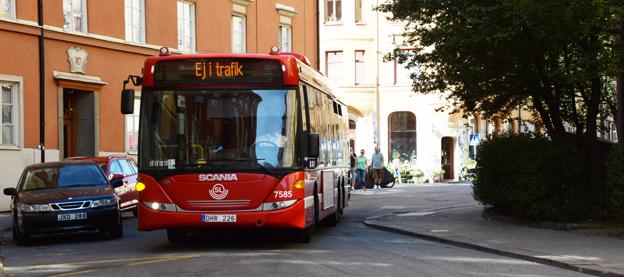 Det blir färre bussar i trafik i Stockholms län från januari. Då skärs trafiken på 133 busslinjer ner. Foto: Ulo Maasing.