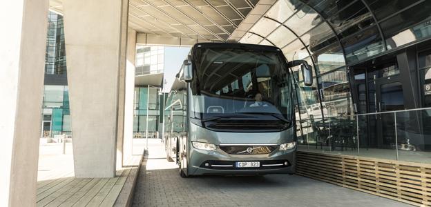På Busworld i Kortrijk lanserar Volvo sin Volvo Dynamic Steering för turistbussar samt sin första serietillverkade elbuss för stadstrafik. Foto: Volvo Bussar.