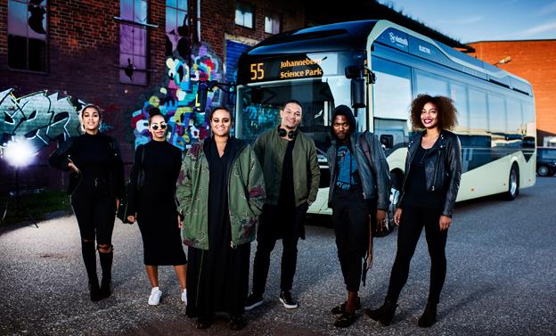 """Seinabo Sey är en av artisterna i """"Silent Bus Sessions"""", där musikvideor spelades in ombord på  Volvos elbussar i Göteborg  inför ovetande passagerare."""