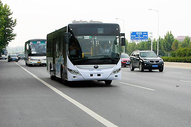 Den kinesiska busstillverkaren Yutong har testat en självkörande buss i vanlig trafik mellan två kinesiska städer. Föraren ombord behövde bara sitta med armarna i kors… Foto: Yutong.