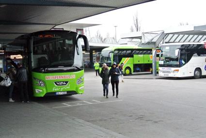 Varken i Tyskland eller Frankrike har bussterminalerna hängt med i utvecklingen av expressbusstrafiken. Bilden visar Berlins stora busstation ZOB, föråldrad, trång, obekväm och föga tilltalande. Foto: Ulo MAasing.
