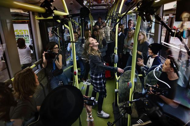 På torsdagen släpptes ytterligare två musikvideor, inspelade på Göteborgs elbusslinje, linje 55. Den här gången heter artisten Zara Larsson.