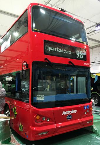 Kinesiska BYD uppges planera en fabrik i Europa. Idag har man ett samarbete med brittiska Alexander Dennis. På Busworld visas nu den batteridrivna dubbeldäckare som de båda företagen har tagit fram som testbuss för London. Foto: Ulo Maasing.