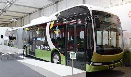 BYD-premiär 2: En 18,1 meter lång helelektrisk ledbuss. Utställningsbussen har även pantograf. Foto: Ulo Maasing.