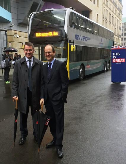 I sin jakt på nya dubbeldäckare ska lokaltrafiken i Berlin, BVG, testa en ADL Enviro500 som man får låna gratis. ADL:s vd Colin Robertson och Storbritanniens Tysklandsambassadör Sebastian Wood lämnade över bussen till BVG. Foto: ADL.