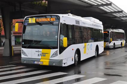 Vardagar trafikeras den induktivt laddade elbusslinjen i Brygge av två bussar, Van Hool A308E.