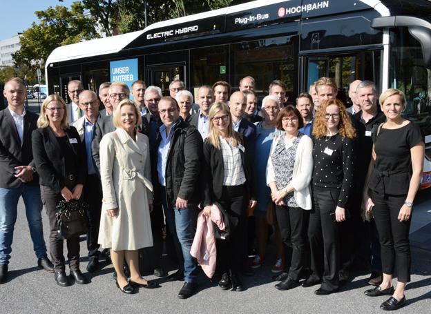 Sveriges Bussföretags studieresa om elbussar samlade ett trettiotal deltagare. Här är gruppen samlad framför en elhybridbuss på Hamburgs innovationslinje 109. Foto: Ulo Maasing.
