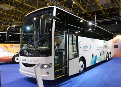 Turnébuss: Den andra treaxliga bussen i EX-serien, EX16H, hade smygpremiär på en brittisk bussmässa för några veckor sedan och har nu kommit på besök i Kortrijk. Det här exemplaret är avsett för den brittiska marknaden och följaktligen vänsterstyrd. Motorn är PACCAR DAF:S MX11 på 435 hästkrafter och växellåpdan är ZF:s Ecolife 6AP1700B. Bussen har stolar från Avance och 57+1+1 sittplatser. Foto: Ulo Maasing.