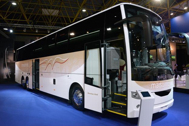 De första treaxliga bussarna i Van Hools EX-serie har premiär på Busworld. Den EX17H som visas på Busworld har Paccar DAF:s euro 6-motor MX11 på 430 hästkrafter. Väsellådan är ZF AS-Tronic 12 AS 2001. Bussen har 61+1+1 sittplatser och stolar från Avance. Foto: Ulo Maasing.