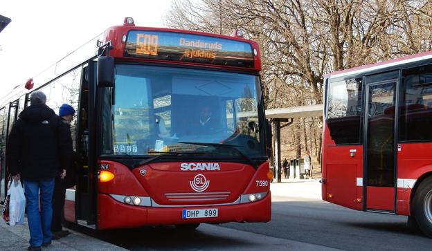 När Arriva i vintras gjorde stora nerskärningar i busstrafiken i norrort i Storstockholm tillföll besparingarna företaget. Nu drabbas ett fåtal kommuner med gamla trafikavtal när SL går fram med yxan på 133 busslinjer. Foto: Ulo Maasing.