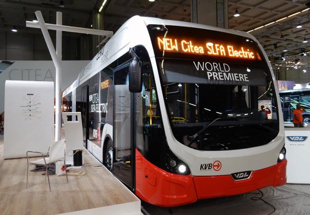 Eldrivna BRT-bussar är en mycket bättre lösning än en Spårväg Syd i Storstockholm som är samhällsekonomiskt olönsam och kapacitetsmässigt onödig, menar Sveriges Bussföretag. Bilden visar VDL:s BRT-designade fullelektriska ledbuss som premiärvisades i somras under UITP:s världskongress. I veckan började leveranserna till lokaltrafiken i Köln. Foto: Ulo Maasing.