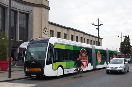 Även om Van Hool endast ställer ut turistbussar inne på Busworld är man synlig med sina kollektivtrafikbussar. Två ExquiCity går i skytteltrafik mellan mässan och järnvägsstationen i Kortrijk. Foto: Ulo Maasing.