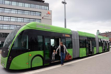 För ledbussar som är längre än 18,75 meter som MalmöExpressen krävs särskilt tillstånd från Transportstyrelsen. Tillståndsbehandlingen kan ta upp till ett år. Lotta Finstorp vill höja fordonslängden till 24 meter. Foto: Ulo Maasing.