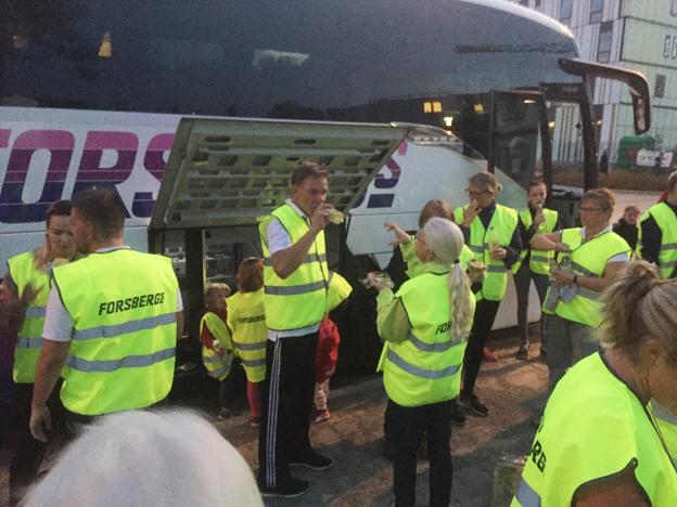 De uppländska bussbolagen samlade in pengar till världens barn på onsdagen. Forsbergs Buss tog med sig 75 personer från sin hemort Harbo. Foto: Ken Forsberg.