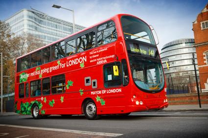 Dubbeldäckade hybridbussar har blivit en storsäljare för Volvo i Storbritannien. Foto: Volvo.