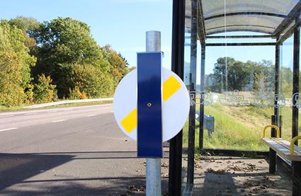 Snart har 200 busshållplatser i Skaraborg reflexsnurror. Foto: Västtrafik.