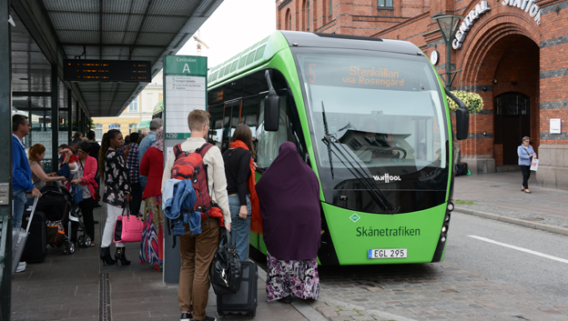 Resenärerna strömmar till stadsbussarna i Malmö. Foto: Ulo Maasing.