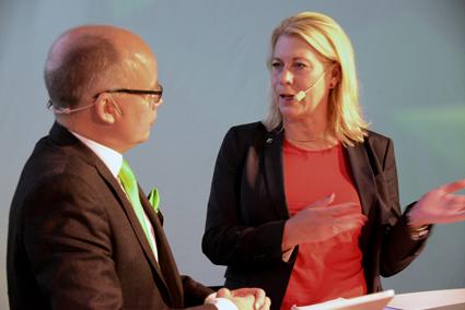 Politik, verklighet och näringsliv går i otakt i trafikpolitiken, förklarade Catharina Elmsäter-Svärd för Gerhard Wennerström och konferensdeltagarna. Foto: Ulo Maasing.