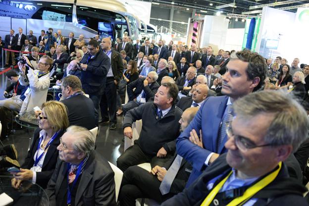 Busworld satte i år nytt rekord, både när det gäller antal besökare och antal utställare. Bilden visar trängseln i Irizars monter i samband med lanseringen av Irizar i8. Foto: Ulo Maasing.