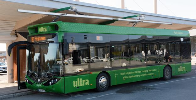 Snabbladdad elbuss vid Umeå flygplats. För bussen är elkraften beskattad, men hade det varit en spårvagn hade den varit befriad från skatt. Foto: Ulo Maasing.