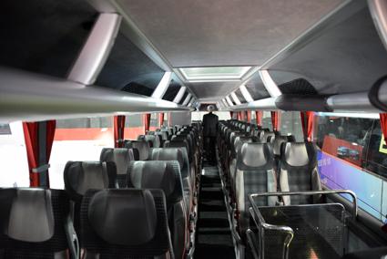 På övervåningen finns 53 sittplatser – men det är lätt att dunka huvudet i kanten på bagagehyllorna. Foto: Ulo Maasing.