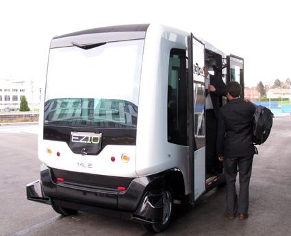 Ligieers lilla självkörande buss EZ10 har testats i ett antal länder, bland annat Finland. Foto: Rama/Wimkimedia Commons.