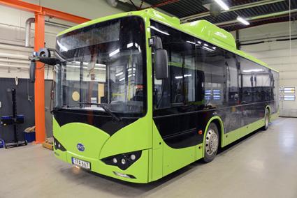 Bussen har två betteripaket, det ena längst bak, det andra på busstaket ovanför framaxeln. Foto: Ulo Maasing.