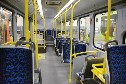 Egentligen är BYD K9 en låggolvsbuss, men för att få färre stående passagerare bak i bussen och därmed rätt viktfördelning har bussen inretts som en lågentrébuss. Foto: Ulo Maasing.