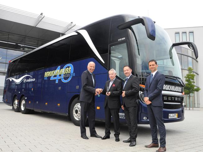 Födelsedagspresent till sig själv: Göran Mellström, vd för Bergkvrabuss (två från vänster) tar emot den Setra S 515 HD från Ulrich Bastart och Roman Biondi, Daimler Buses samt Martin Hink, vd för EvoBus Sverige AB.