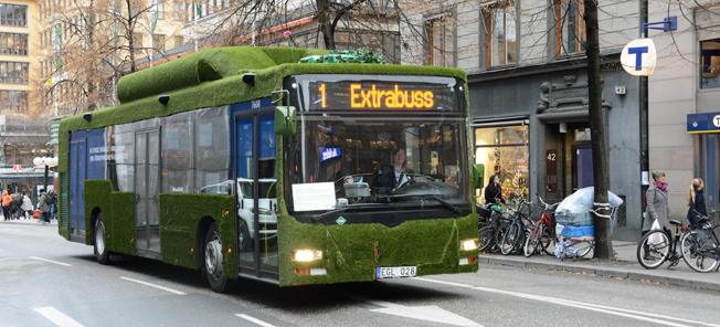 Här kommer Sveriges grönaste buss körande på Kungsgatan i Stockholm. Foto: Ulo Maasing.