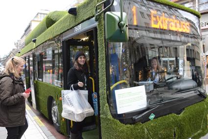 Överraskade resenärer stiger på den gröna bussen vid Hötorget i Stockholm. Foto: Ulo Maasing.